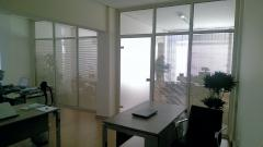 Χωρίσματα γραφείου με εσωτερικές περσίδες.