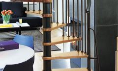Ξύλινη σκάλα με μεταλλικό κορμό