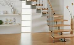 Ανοιχτή σκάλα  με ξύλινα πατήματα