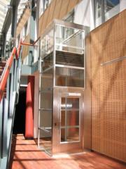 Μηχανικός ανελκυστήρας με αυτοφαιρόμενο φρεάτιο.