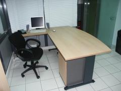 Γωνιακό γραφείο με μεταλλική βάση και επιφάνεια