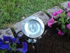 Εξωτερικός φωτισμός σε κήπο